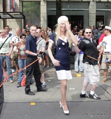 ... immer noch Platz für laufende Teilnehmer der CSD Parade bleibt.